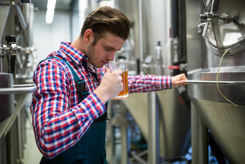 Cerveza que huele del cervecero imagen de archivo
