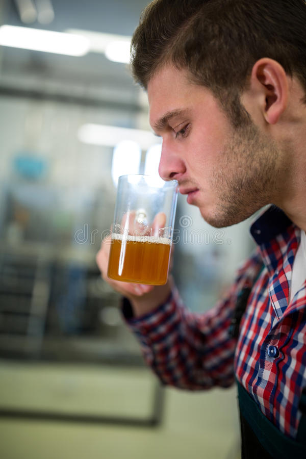 Cerveza que huele del cervecero imagenes de archivo