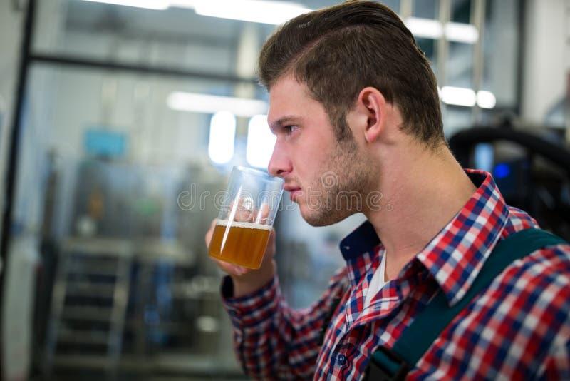Cerveza que huele del cervecero imágenes de archivo libres de regalías