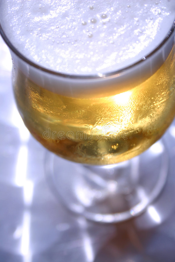 Cerveza retroiluminada foto de archivo