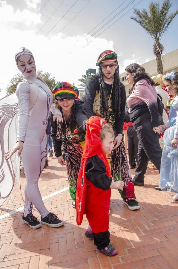 Cerveza-Sheva, ISRAEL - 5 de marzo de 2015: Familia en hippie de los trajes con un niño y una muchacha vestidos como ángel - Puri fotos de archivo libres de regalías