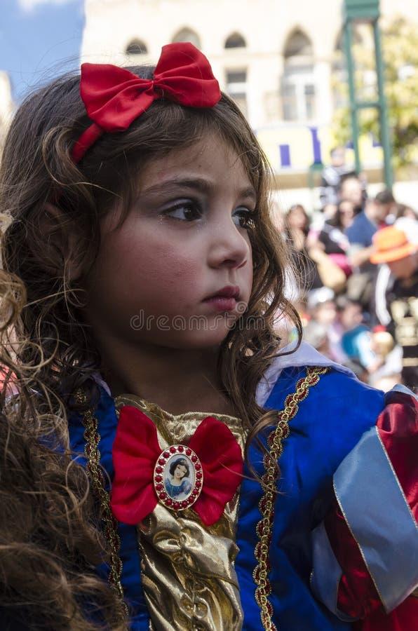 Cerveza-Sheva, ISRAEL - 5 de marzo de 2015: Muchacha vestida como historieta blanca como la nieve de Disney con un arco rojo fotos de archivo