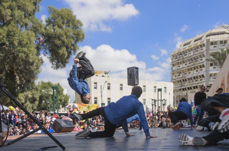 Cerveza-Sheva, ISRAEL - 5 de marzo de 2015: Muchachos adolescentes que bailan breakdancing en la etapa abierta - Purim en la ciud fotografía de archivo