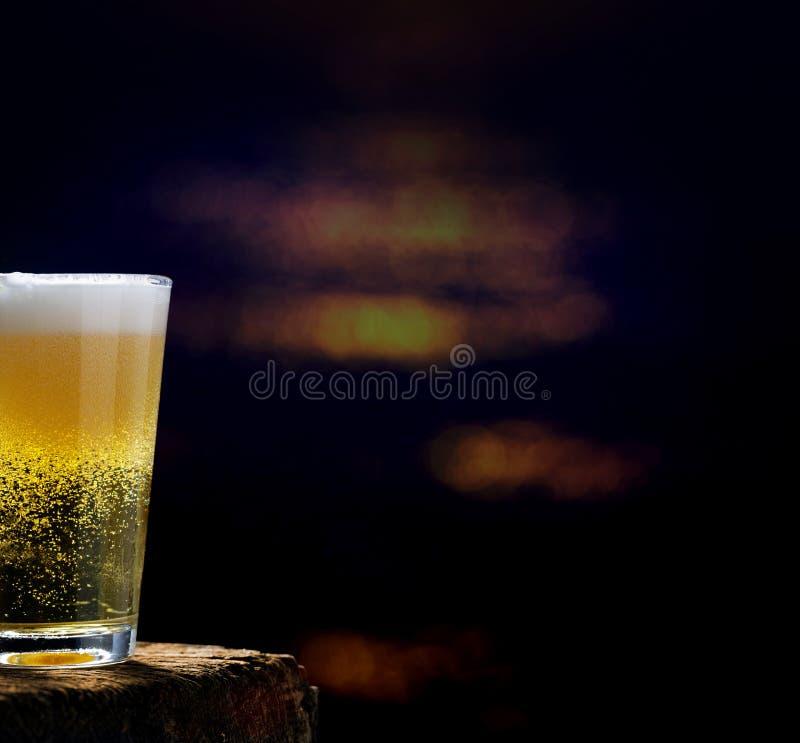 Cerveza, vidrio de cerveza en la tabla de madera en un pub foto de archivo libre de regalías