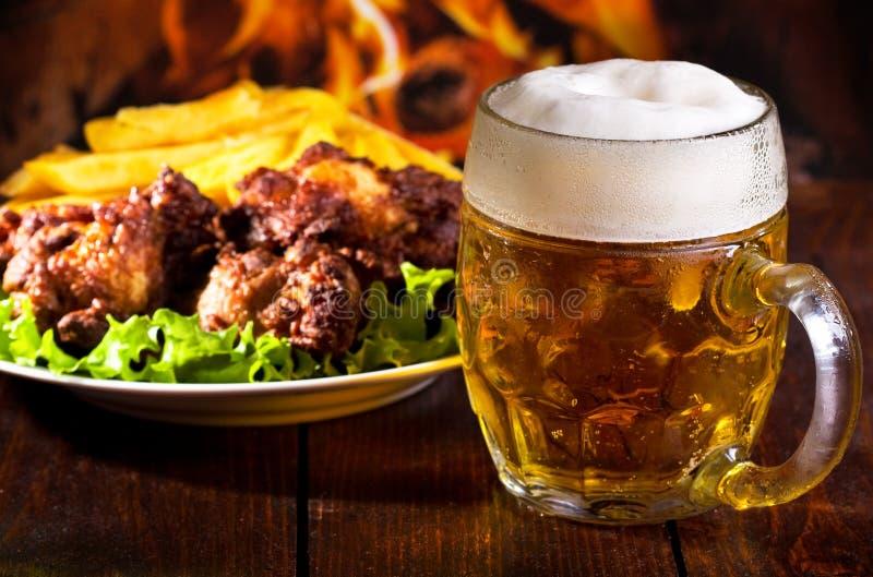 Cerveza y alas de pollo asadas a la parilla imagen de archivo libre de regalías
