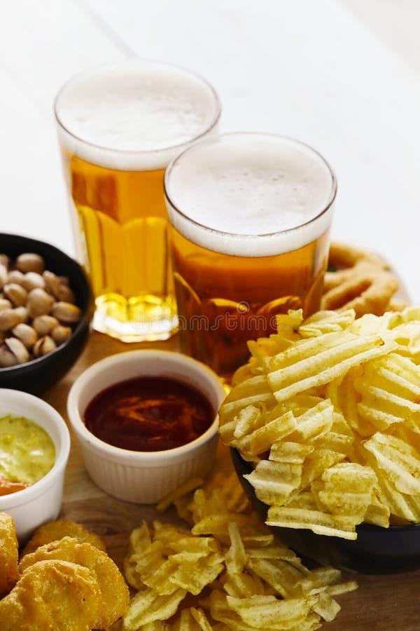 Cerveza y bocados foto de archivo