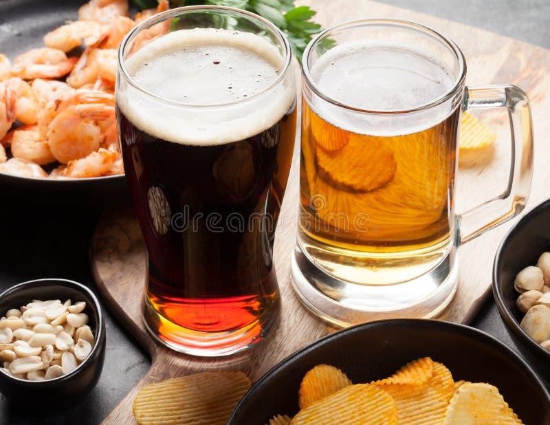 Cerveza y bocados del barril foto de archivo libre de regalías