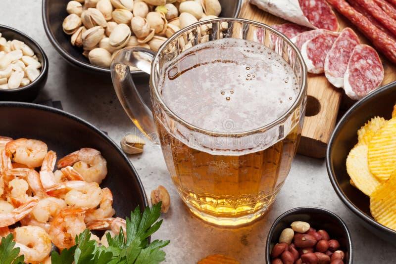 Cerveza y bocados del barril fotos de archivo libres de regalías