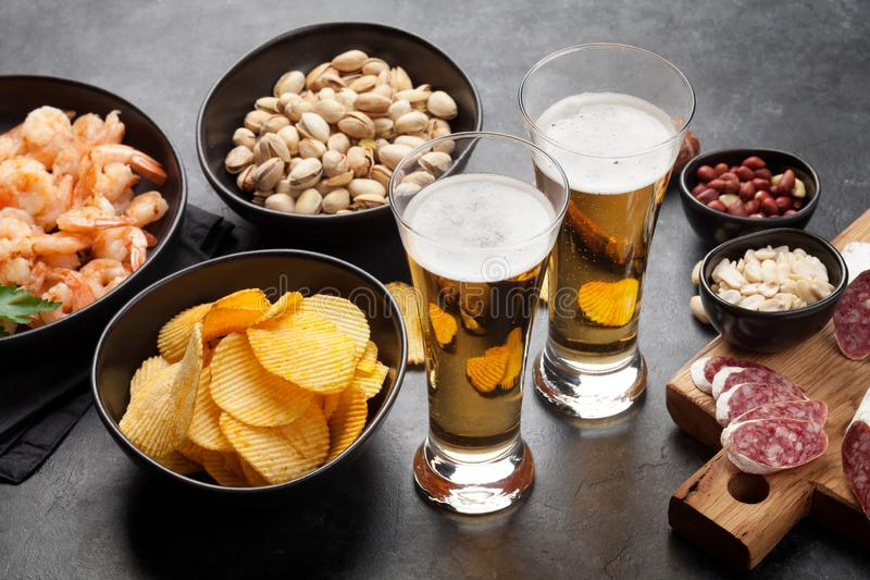 Cerveza y bocados del barril fotografía de archivo