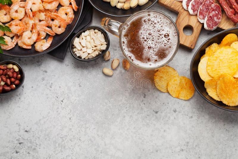 Cerveza y bocados del barril imagen de archivo libre de regalías