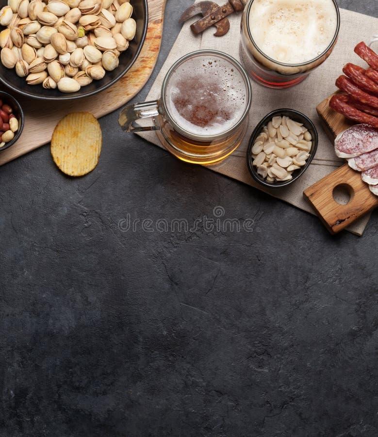 Cerveza y bocados del barril imágenes de archivo libres de regalías