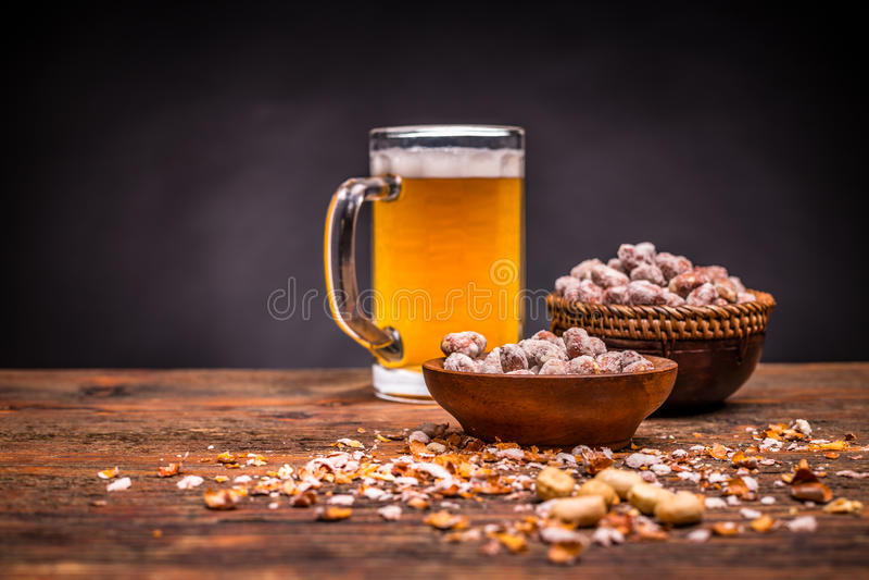 Cerveza y cacahuetes asados fotografía de archivo