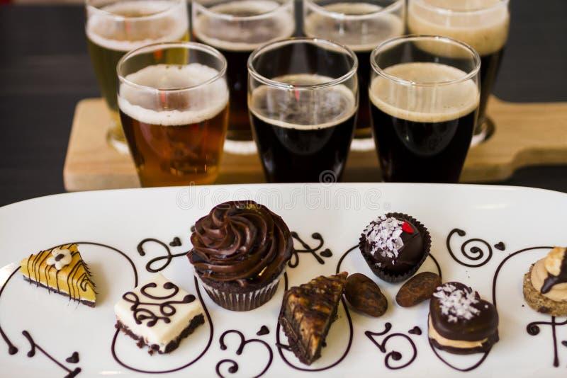 Cerveza y chocolates imagen de archivo libre de regalías