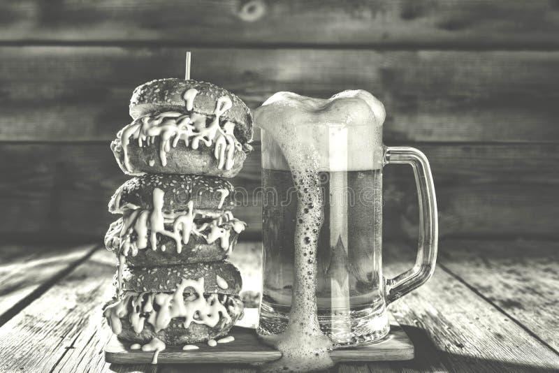 Cerveza y hamburguesa del arte fotografía de archivo libre de regalías