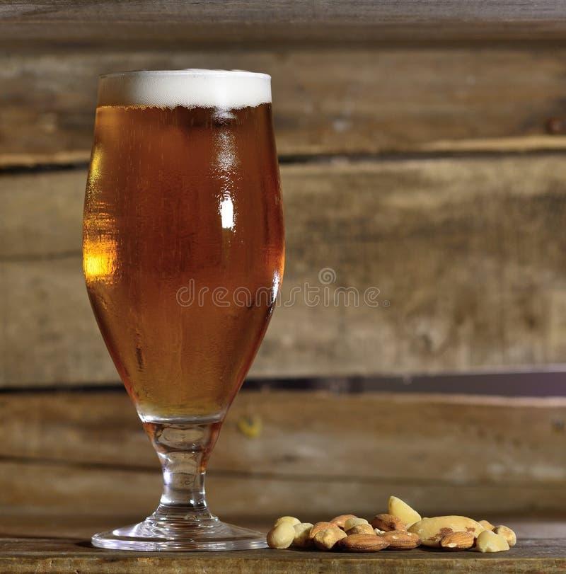 Cerveza y tuercas imagenes de archivo