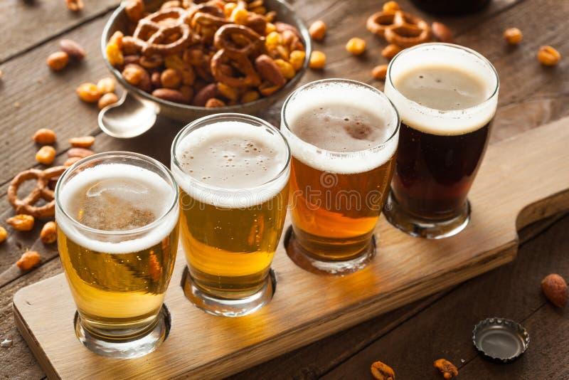Cervezas clasificadas en un vuelo imágenes de archivo libres de regalías