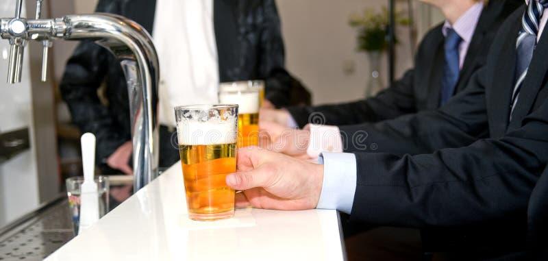Cervezas en una barra imágenes de archivo libres de regalías