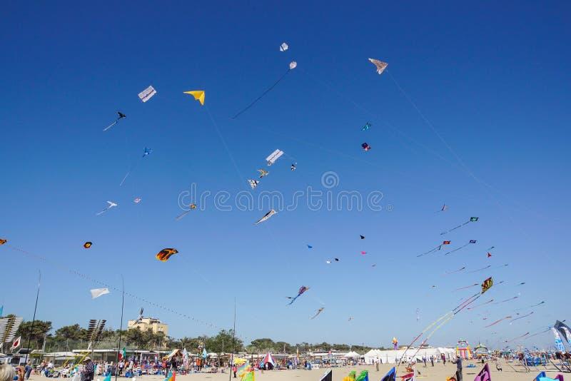 CERVIA, ITALIE - 1ER MAI : Ciel compl?tement des cerfs-volants pour le festival international de cerf-volant le 1er mai 2010 dans image stock
