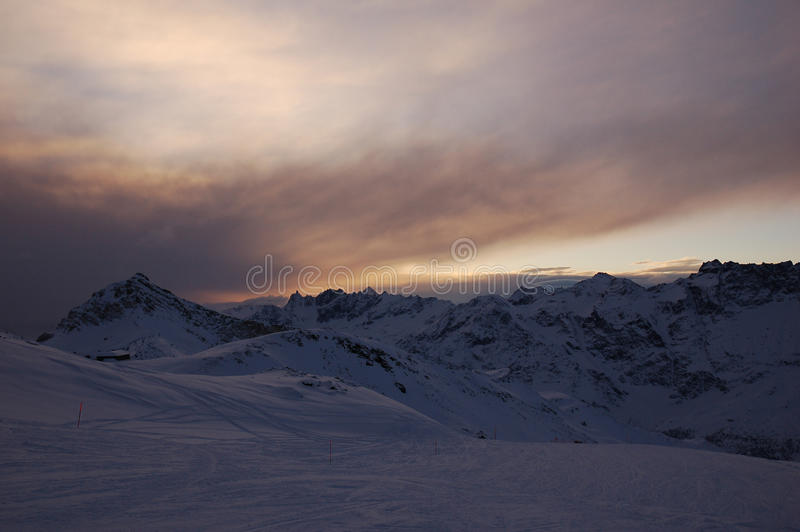 Cervinia-Berge am Abend stockbilder