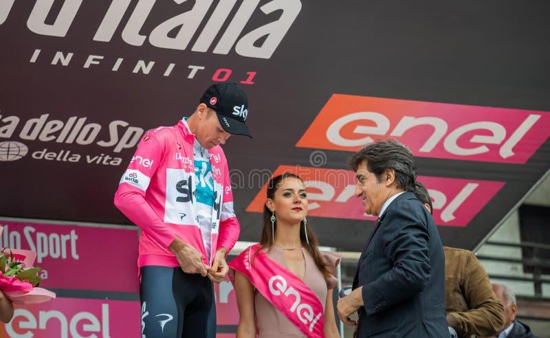 Cervinia, Italia 26 de mayo de 2018: Chris Froome, Sky Team, en el jersey rosado del líder en el podio en Cervinia fotos de archivo libres de regalías