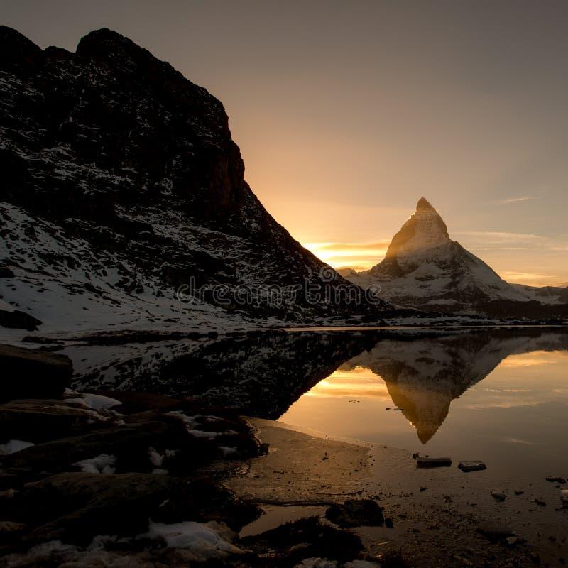 Cervino del lago de la montaña de Riffelsee sobre Zermatt foto de archivo