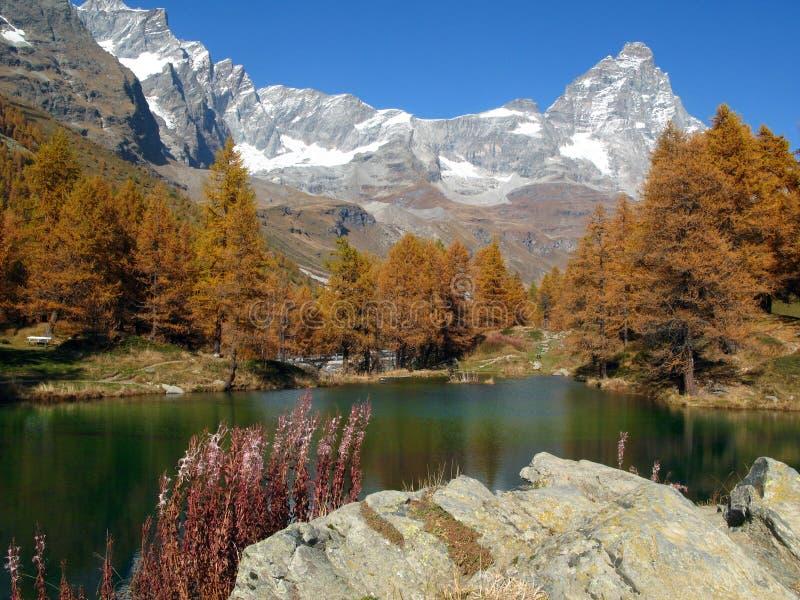 Cervino-Matterhorn Blauw Meer breuil-Cervinia Italië stock foto's