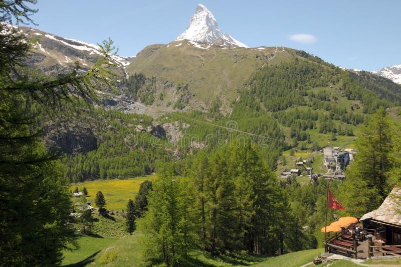 Cervino sobre el café cerca de Zermatt imagenes de archivo
