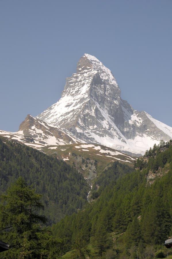 Cervino sobre Zermatt firsnear fotografía de archivo libre de regalías
