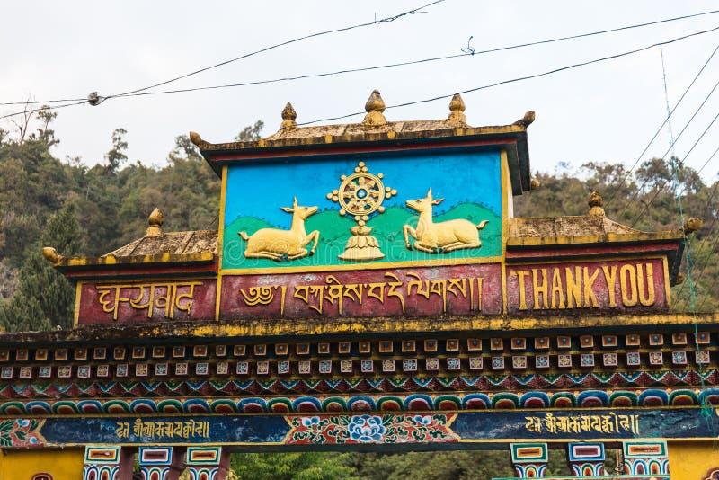 Cervos e Dharma Wheel na parte superior da porta da entrada do monastério de Rumtek no inverno perto de Gangtok Sikkim, Índia foto de stock