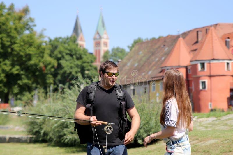 Ces jeune femme et homme d'iare tout en pêchant sur une rivière en Bavière photo libre de droits