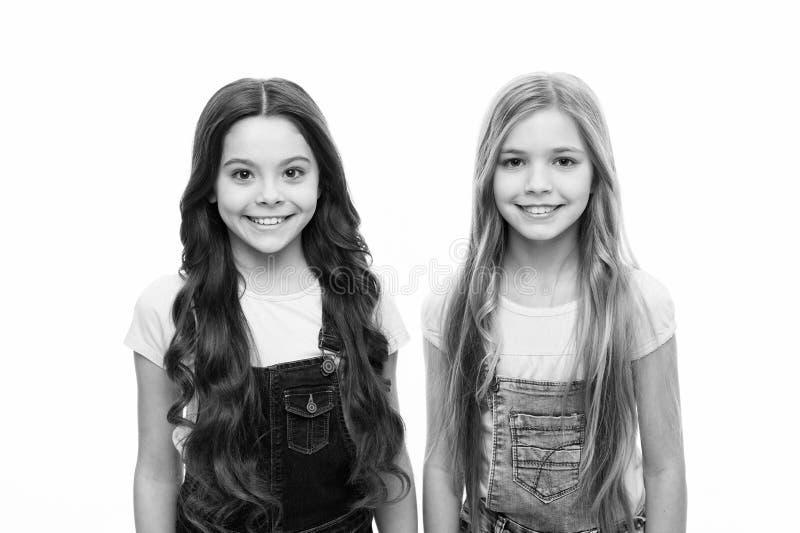 Ces regards renversants Petites filles mignonnes portant la nouvelle coiffure Petites filles adorables avec la longue coiffure Be images libres de droits