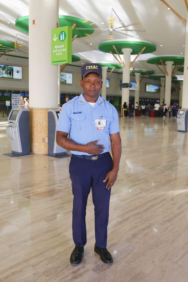CESAC-tjänsteman som ger säkerhet på den Punta Cana flygplatsen royaltyfri fotografi