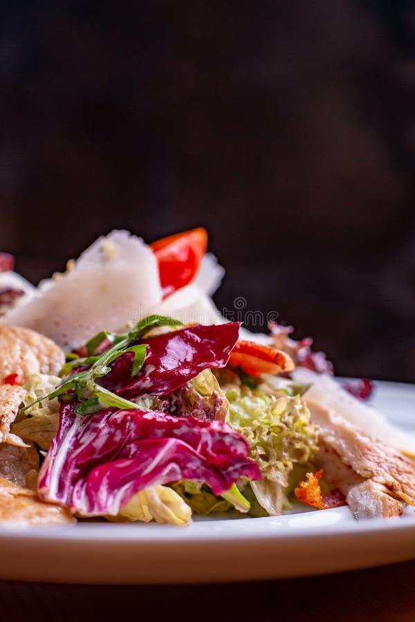 Cesar Salad dans saladier à un fond de noir de restaurant photo stock