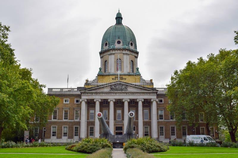 Cesarska Wojenna Muzealna fasada z Morskimi działami w Londyn, Anglia zdjęcia royalty free
