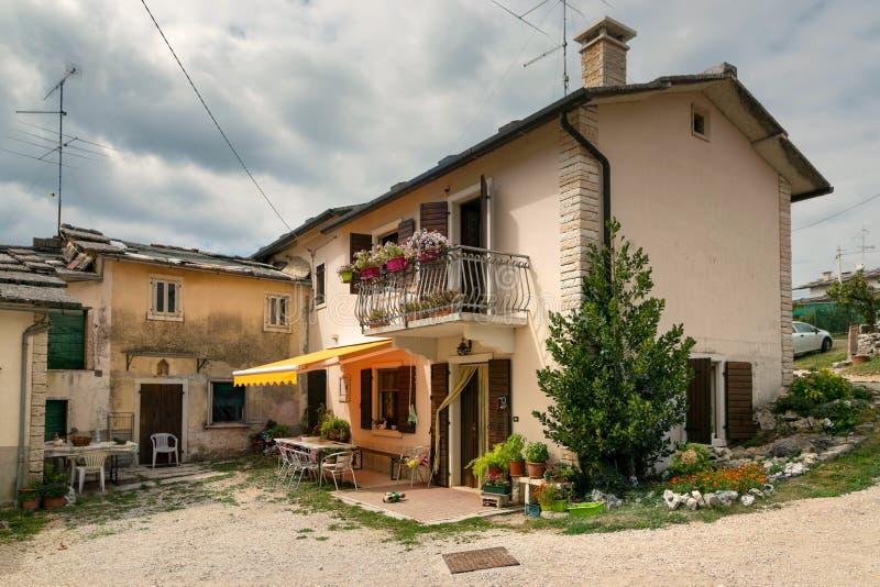 Cescatto, Ιταλία - 22 Αυγούστου 2017: Σπίτι με το patio από το ορεινό χωριό της Ιταλίας στοκ εικόνα