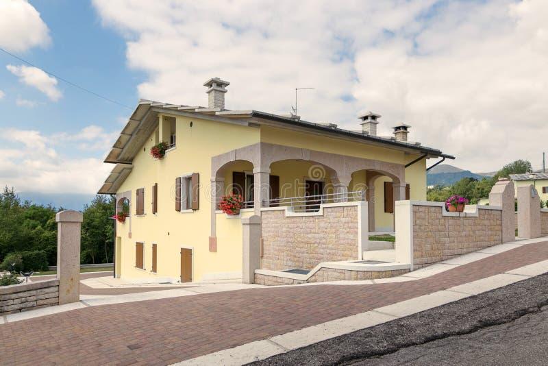Cescatto, Italie - 22 août 2017 : Chambre avec le patio du village de montagne de l'Italie photos stock