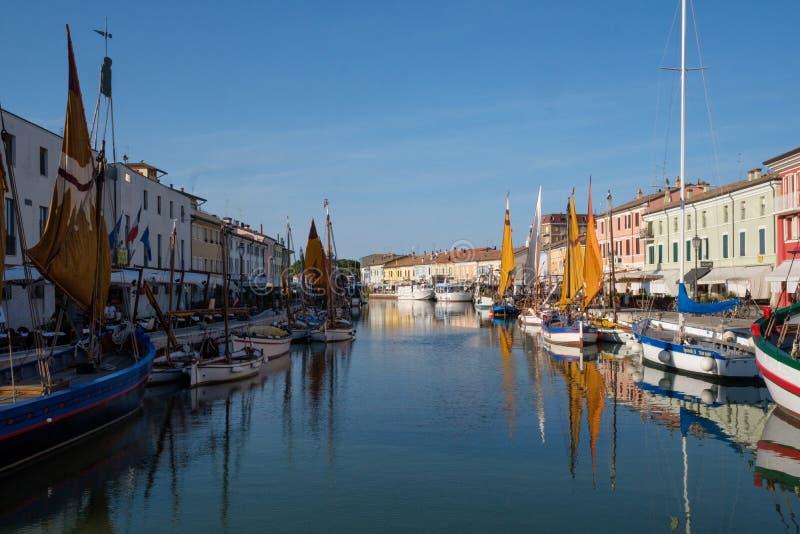 CESENATICO ITALIEN, JULI 2018: Sikt av Porto Canale, centralen arkivfoton