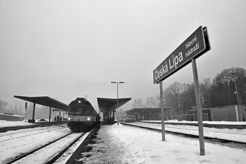 Ceska Lipa, república checa - 4 de fevereiro de 2017: treine a posição em um estação de caminhos-de-ferro novo na tarde do invern imagem de stock