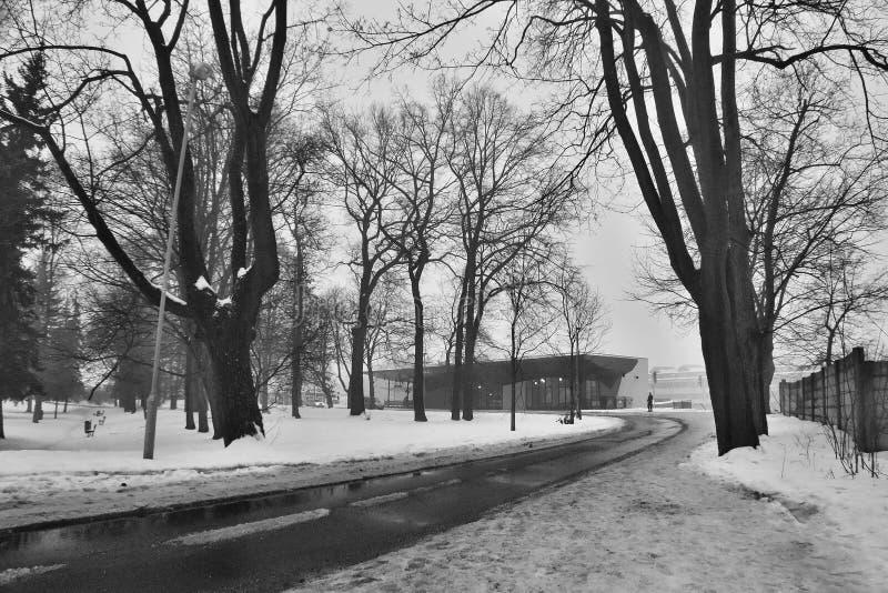 Ceska Lipa, Tjeckien - Februari 04, 2017: väg som leder till byggande av den nya järnvägsstationen arkivbilder