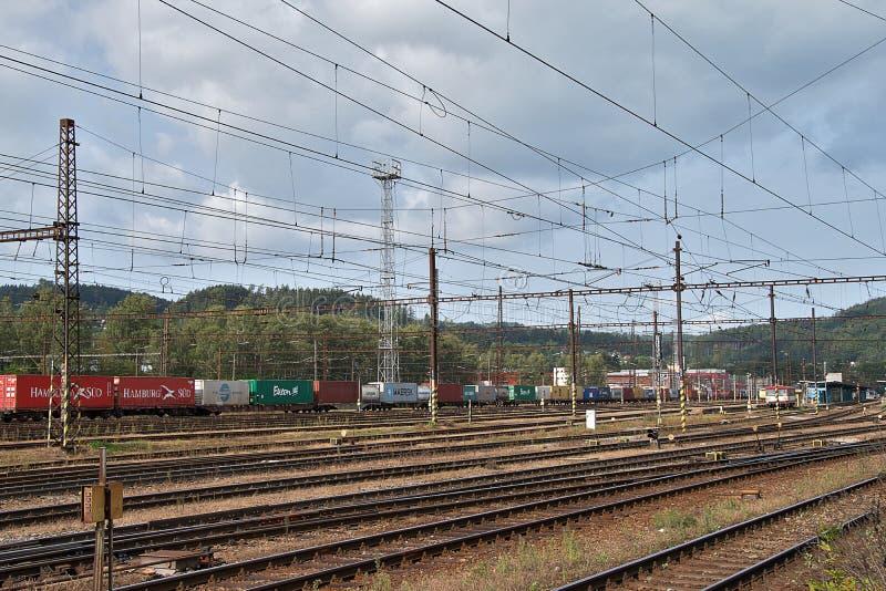 Ceska Trebova, чехия - 20 4 2019: Железнодорожный узел и железнодорожный вокзал Ceska Trebova Поезд груза стоковые фотографии rf