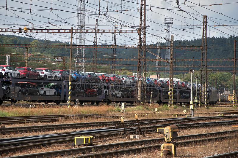 Ceska Trebova, Rep?blica Checa - 20 4 2019: Carros del tren para transportar los coches Empalme ferroviario y ferrocarril Ceska T imágenes de archivo libres de regalías