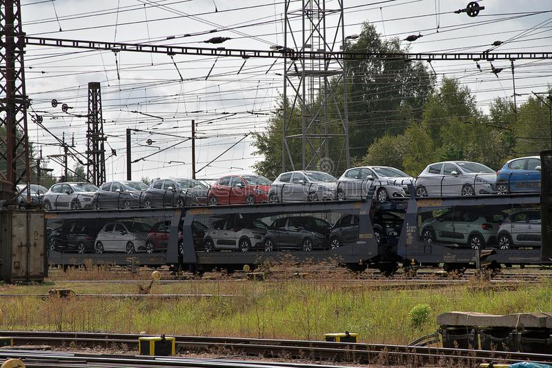 Ceska Trebova, Rep?blica Checa - 20 4 2019: Carros del tren para transportar los coches Empalme ferroviario y ferrocarril Ceska T foto de archivo