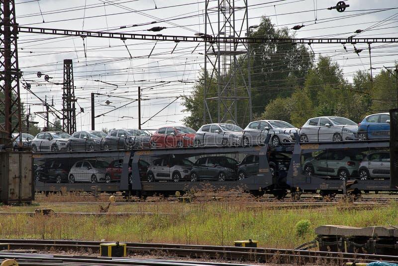 Ceska Trebova, repubblica Ceca - 20 4 2019: Vagoni del treno per il trasporto delle automobili Nodo ferroviario e stazione ferrov fotografia stock
