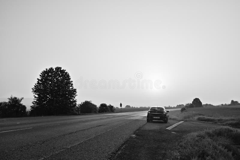 Ceske Stredohori, Tsjechische republiek - 19 Mei, 2018: de zwarte tribune van autoopel Astra H dichtbij asfaltweg die tot Litomer royalty-vrije stock afbeelding