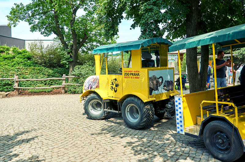 cesky捷克krumlov中世纪老共和国城镇视图 布拉格 布拉格动物园 黄色培训 2016年6月12日 免版税库存照片