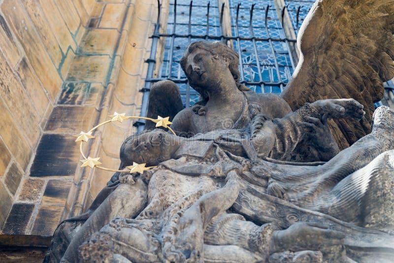 cesky捷克krumlov中世纪老共和国城镇视图 Nepomuk圣约翰雕象在圣Vitus大教堂的 库存图片