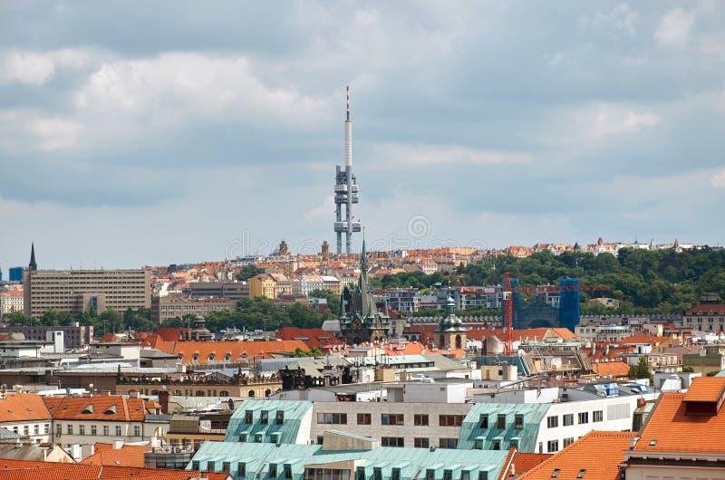 cesky捷克krumlov中世纪老共和国城镇视图 Zizkov电视塔的看法在布拉格 免版税库存照片