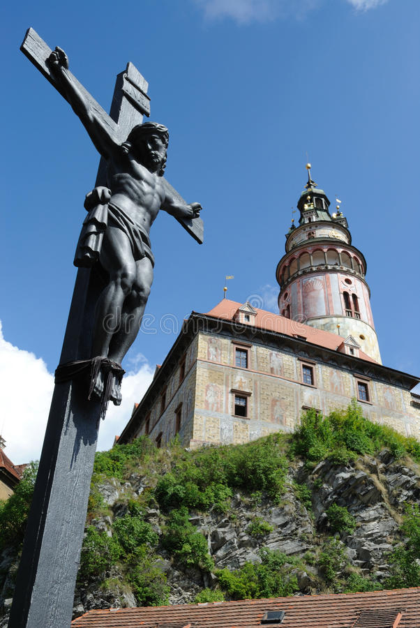 Cesky Krumlov. Crucifix and Historic Krumlov Castle dating from 1240 in Cesky Krumlov, Czech Republic stock image