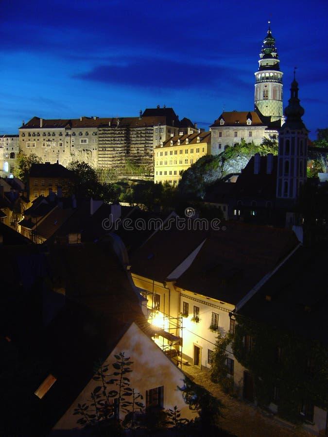 Cesky Krumlov bij nacht stock afbeelding