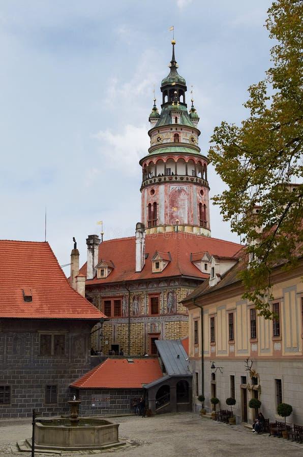 Cesky Krumlov, REPÚBLICA CHECA - 26 de setembro de 2014 Torre e jarda do castelo de Cesky Krumlov fotos de stock royalty free